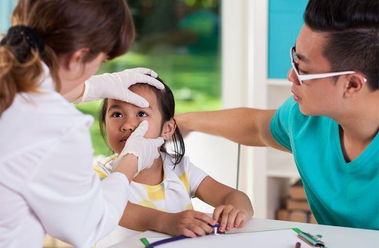 Bé trai 2 tuổi bị đau mắt, gia đình đưa đi khám kinh hãi phát hiện dị vật còn động đậy trong mắt bé - Ảnh 2