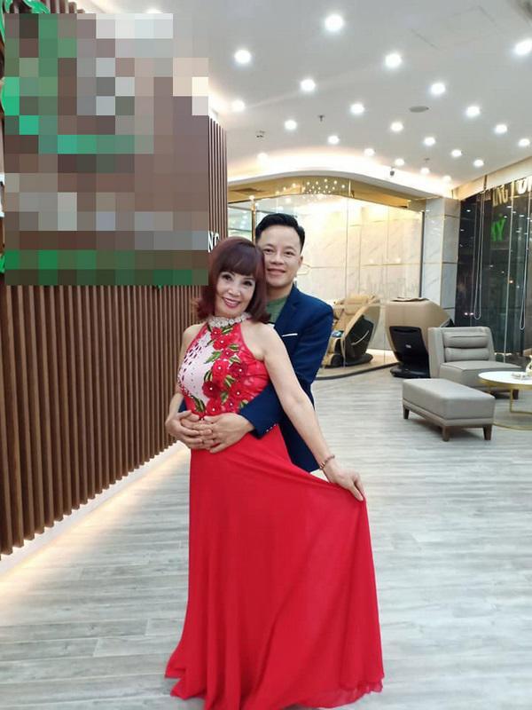 Diện váy diêm dúa, cô dâu 62 tuổi ngồi cạnh chồng vẫn để lộ nội y đầy phản cảm - Ảnh 3