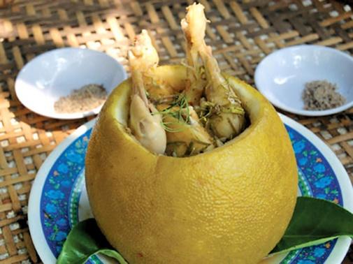Cách làm gà hấp trái bưởi ngon hết sẩy cho bữa cơm cuối tuần thêm phong phú - Ảnh 1