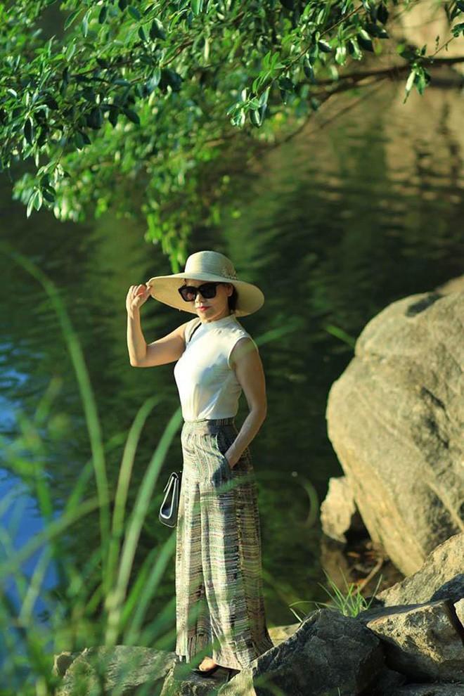 Đã ngoài 60, mẹ Hà Hồ vẫn sở hữu vóc dáng thon gọn cùng gu thời trang chất không thua kém con gái - Ảnh 2