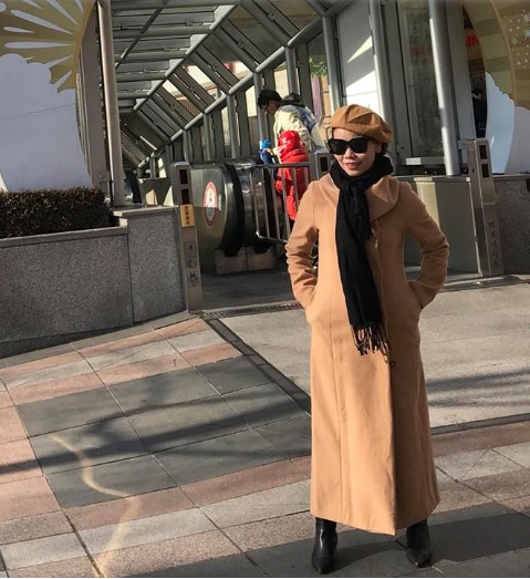 Đã ngoài 60, mẹ Hà Hồ vẫn sở hữu vóc dáng thon gọn cùng gu thời trang chất không thua kém con gái - Ảnh 7