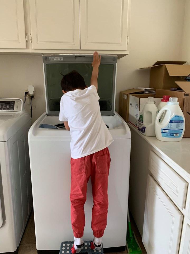 Mới 8 tuổi, con trai nuôi của Thanh Thảo đã thạo việc nấu nướng, giặt đồ, rửa chén, đi chợ... phụ mẹ - Ảnh 2
