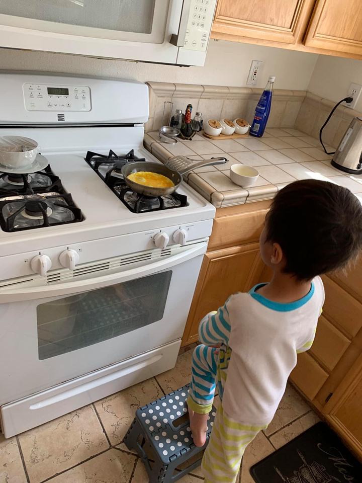 Mới 8 tuổi, con trai nuôi của Thanh Thảo đã thạo việc nấu nướng, giặt đồ, rửa chén, đi chợ... phụ mẹ - Ảnh 5