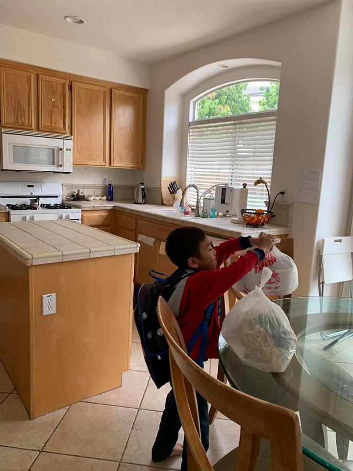 Mới 8 tuổi, con trai nuôi của Thanh Thảo đã thạo việc nấu nướng, giặt đồ, rửa chén, đi chợ... phụ mẹ - Ảnh 7