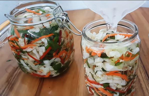 Cách muối dưa bắp cải rau cần ngon, giòn không cần dấm - Ảnh 3