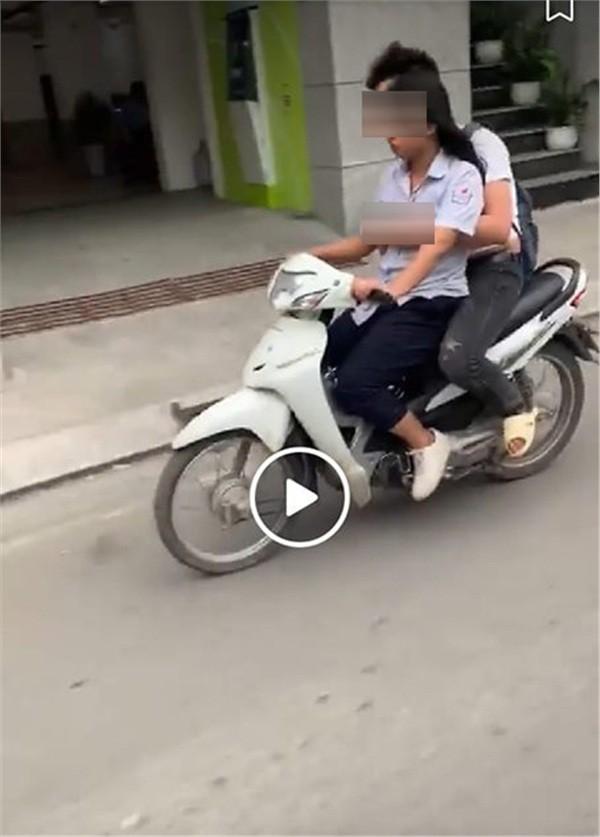 Sờ ngực bạn gái trên đường