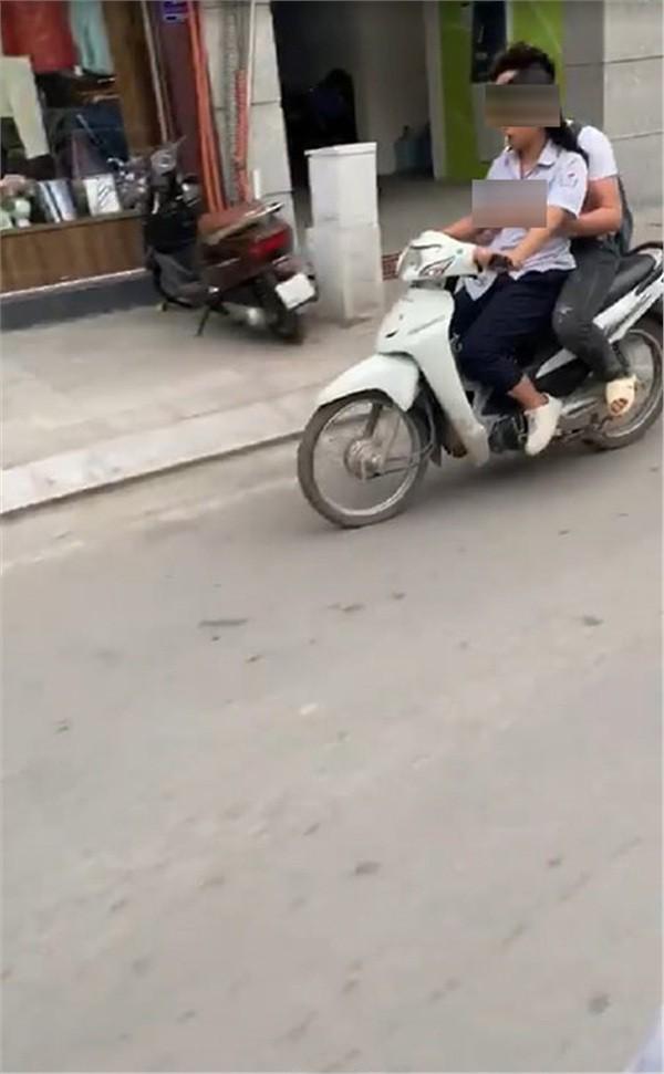 Ngồi sau xe máy, nam sinh vô tư sờ soạng vòng 1 của bạn gái  - Ảnh 2