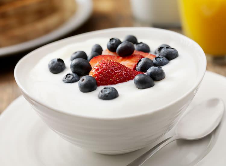 Đồ ăn vặt cho bà bầu dinh dưỡng với sữa chua hoa quả