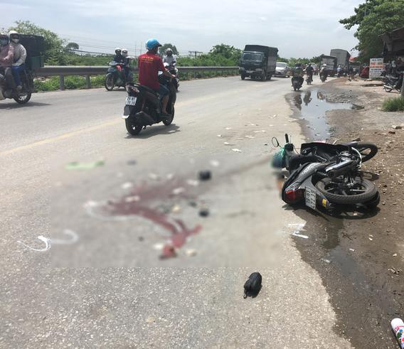 Tai nạn khiến nam thanh niên tử vong tại chỗ: Em trai thất thần ngồi bên vệ đường khóc thương anh ruột - Ảnh 1