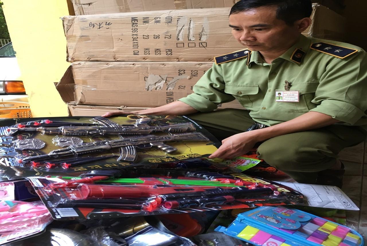 Hà Nội: Thu giữ hơn 20.000 đồ chơi có tính chất bạo lực, ảnh hưởng sức khỏe trẻ em - Ảnh 1