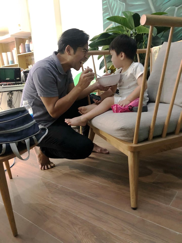 Bận bù đầu vẫn chăm con cực khéo, Thanh Bình khiến dân mạng phải thốt lên 'ông bố của năm' đây rồi - Ảnh 1