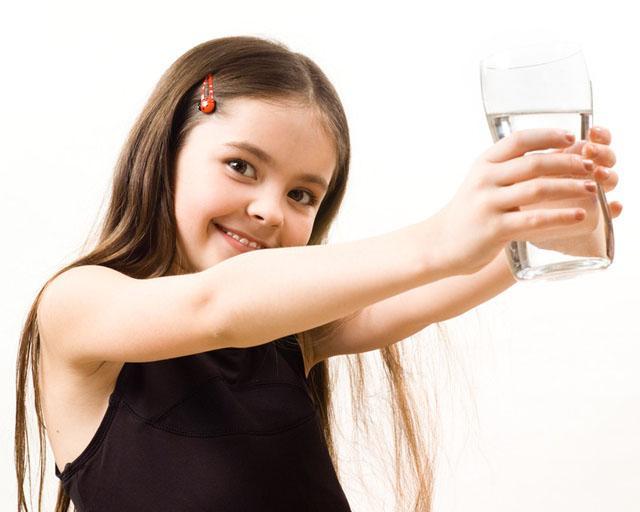 Cho con uống nước kiểu này khiến trẻ hỏng thận: Điều thứ 2 người nào cũng mắc, bỏ ngay trước khi quá muộn - Ảnh 1