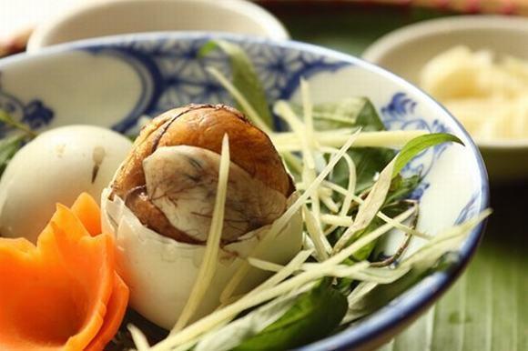 Cho trẻ ăn trứng vịt lộn tưởng bổ béo hóa ra con rước bệnh, hối hận không kịp - Ảnh 1