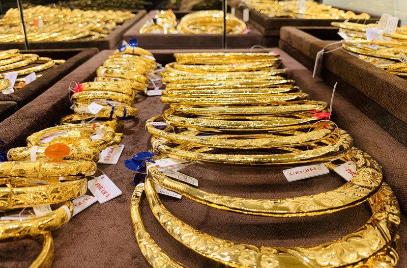 Giá vàng hôm nay 11/6, USD tụt giảm vàng treo cao - Ảnh 1