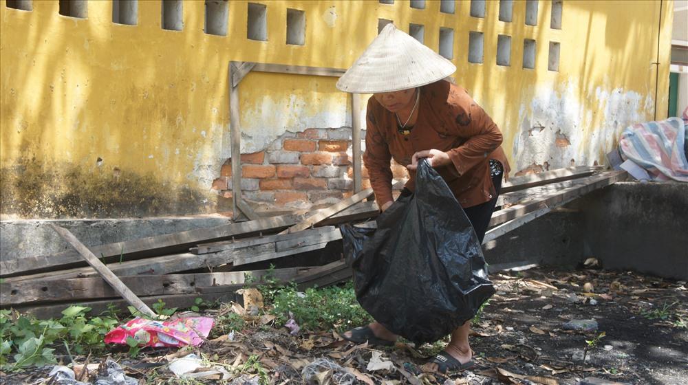 Cảm thương cụ bà 67 tuổi cần mẫn nhặt ve chai nuôi chồng chạy thận - Ảnh 2