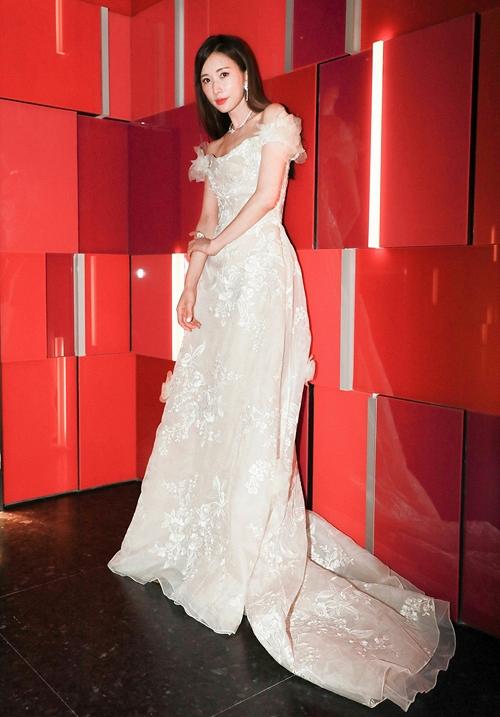 Lâm Chí Linh diện váy cưới xinh đẹp tựa nữ thần, fan mong chờ đến hôn lễ cổ tích của cô và bạn trai người Nhật - Ảnh 10