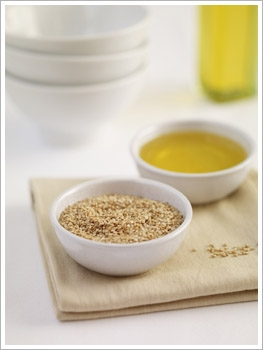 Ở nhà có sẵn lọ dầu mè mà không biết đến 8 cách dùng để trị mụn, chống lão hóa và dưỡng trắng da này thì quá phí 'thần dược' trời ban - Ảnh 2