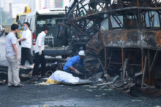 Người thân khóc hết nước mắt bên thi thể thai phụ 6 tháng tử vong trong vụ xe khách tông container - Ảnh 4