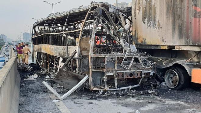 Người thân khóc hết nước mắt bên thi thể thai phụ 6 tháng tử vong trong vụ xe khách tông container - Ảnh 5