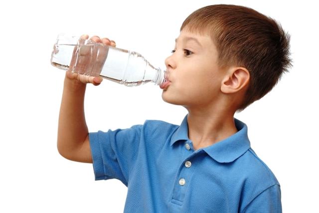 3 tín hiệu bất thường khi trẻ uống nước chứng tỏ bé đang gặp nguy hiểm, cha mẹ cần thận trọng - Ảnh 1