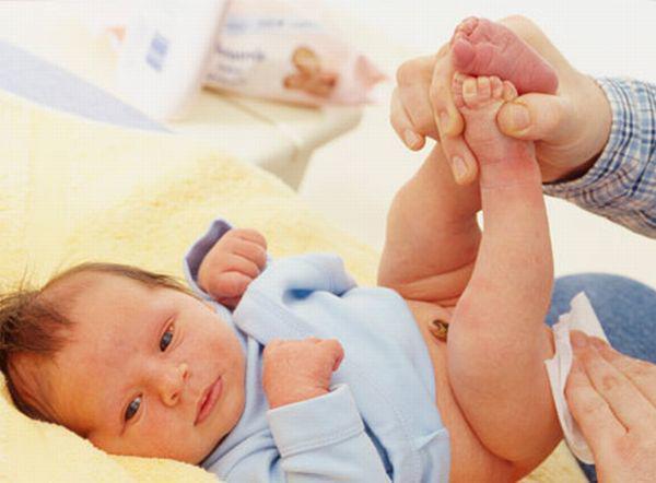 Nhận biết trẻ sơ sinh bị sôi bụng qua đặc điểm phân của trẻ - Ảnh 1