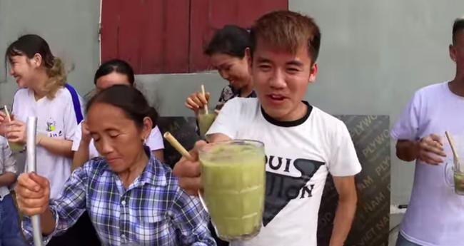 Bà Tân trổ tài làm cốc rau má đậu xanh siêu to khổng lồ, nhưng dân mạng chỉ chăm chăm chú ý tới câu 'lỡ lời' của Hưng Vlog - Ảnh 8