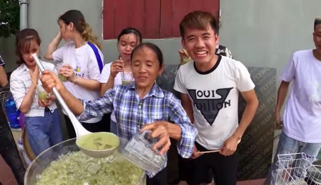 Bà Tân trổ tài làm cốc rau má đậu xanh siêu to khổng lồ, nhưng dân mạng chỉ chăm chăm chú ý tới câu 'lỡ lời' của Hưng Vlog - Ảnh 9