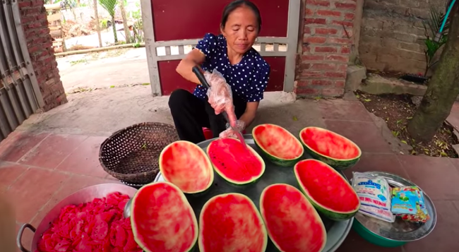 Bà Tân Vlog bị chê để móng tay bẩn làm đồ ăn, nhưng lời giải thích mới thực sự 'đi vào lòng người' - Ảnh 1