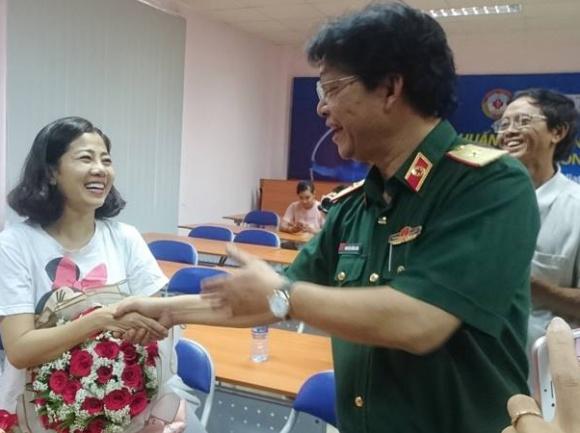Ngày xuất viện, Mai Phương được đích thân giám đốc bệnh viện quân y tặng hoa, bắt tay - Ảnh 1