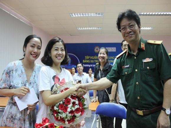 Ngày xuất viện, Mai Phương được đích thân giám đốc bệnh viện quân y tặng hoa, bắt tay - Ảnh 2