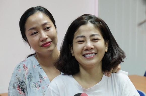 Ngày xuất viện, Mai Phương được đích thân giám đốc bệnh viện quân y tặng hoa, bắt tay - Ảnh 3