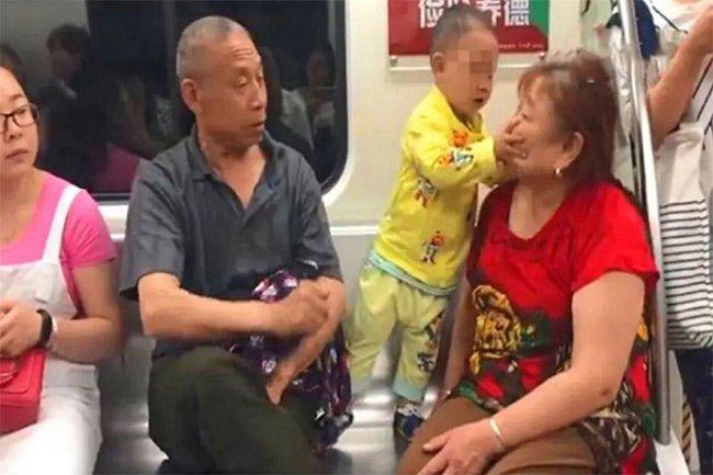 Cháu trai 3 tuổi đá liên tục vào mặt ông bà khiến dân mạng bức xúc - Ảnh 3
