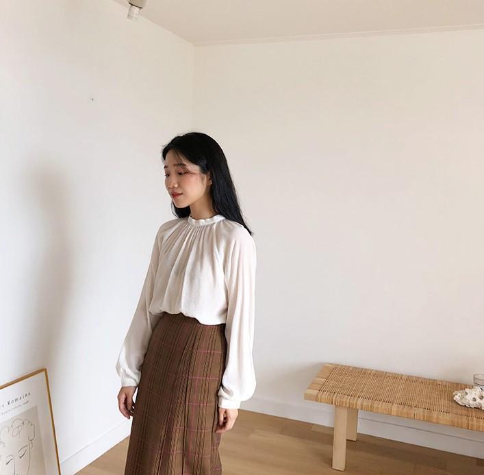 Chiếc áo cộng thêm vài phần sang chảnh cho các chị em công sở hóa ra cực dễ mix đồ - Ảnh 2