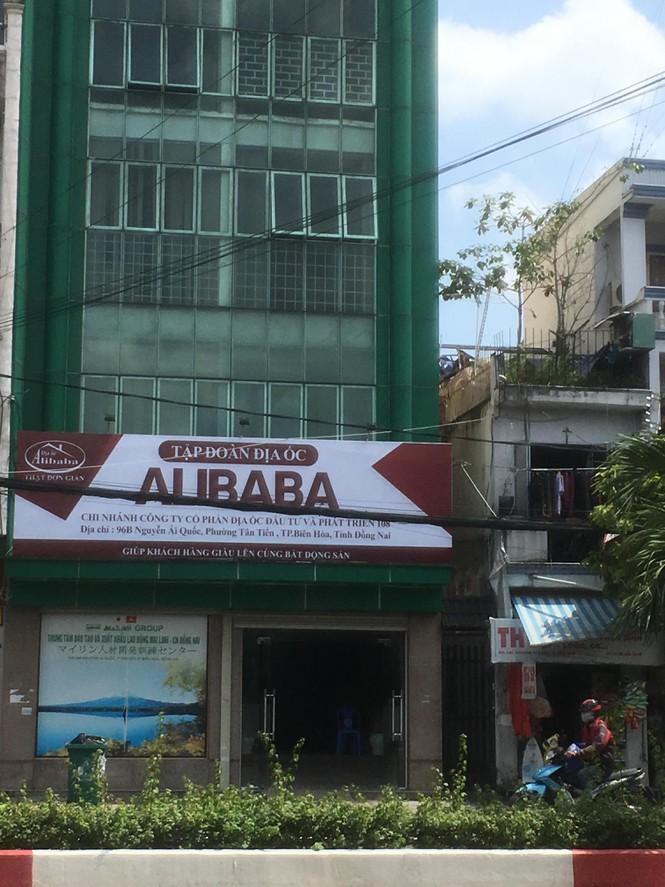 Xử phạt đơn vị cho treo biển hiệu trái phép, mở văn phòng chui của Alibaba - Ảnh 1