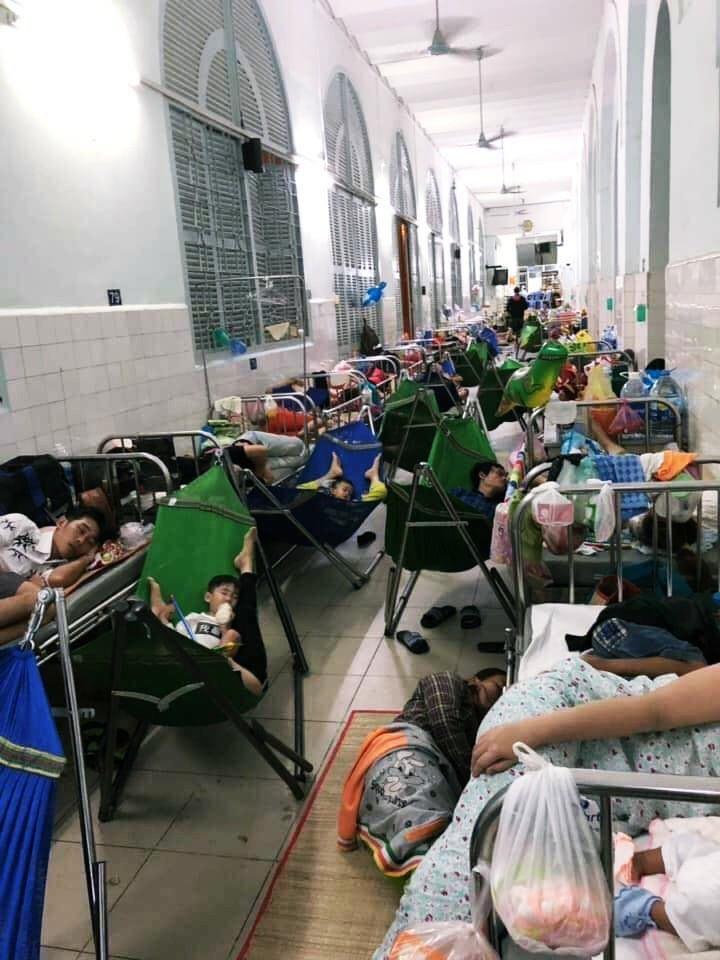 Xót xa hình ảnh người lớn và trẻ em trải chiếu, mắc võng nằm chật kín hành lang bệnh viện ở Sài Gòn - Ảnh 1