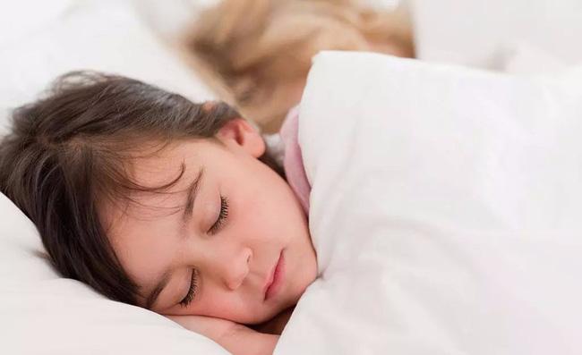 Bố mẹ cần sửa ngay cho con 8 sai lầm khi ngủ dưới đây nếu không muốn trẻ ốm yếu, chậm phát triển - Ảnh 1