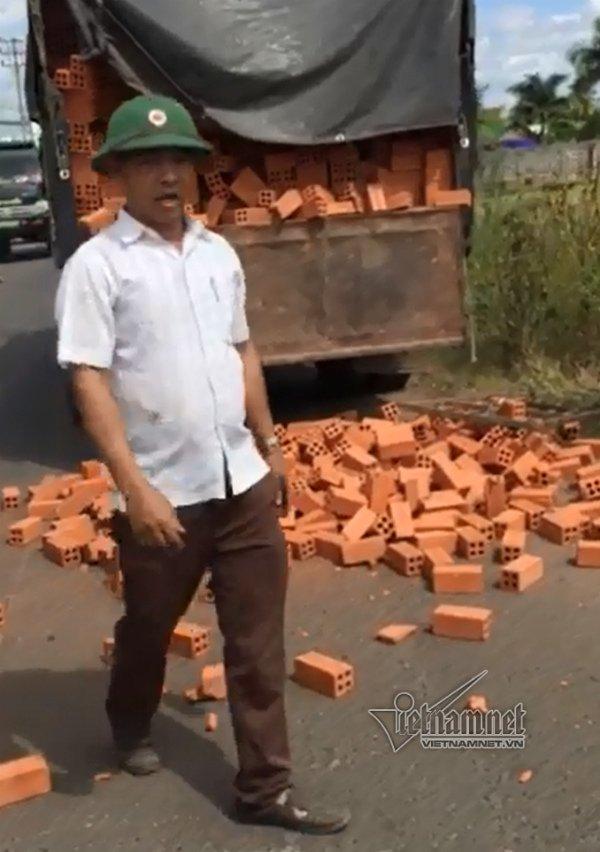 Bị truy hóa đơn, đổ cả xe gạch giữa đường để chống đối - Ảnh 2