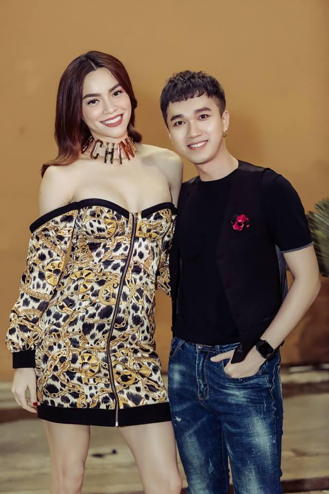 Mải mê chụp hình, Hà Hồ khiến fan 'choáng' vì diện váy hở bạo, ngực muốn bung khỏi váy - Ảnh 3