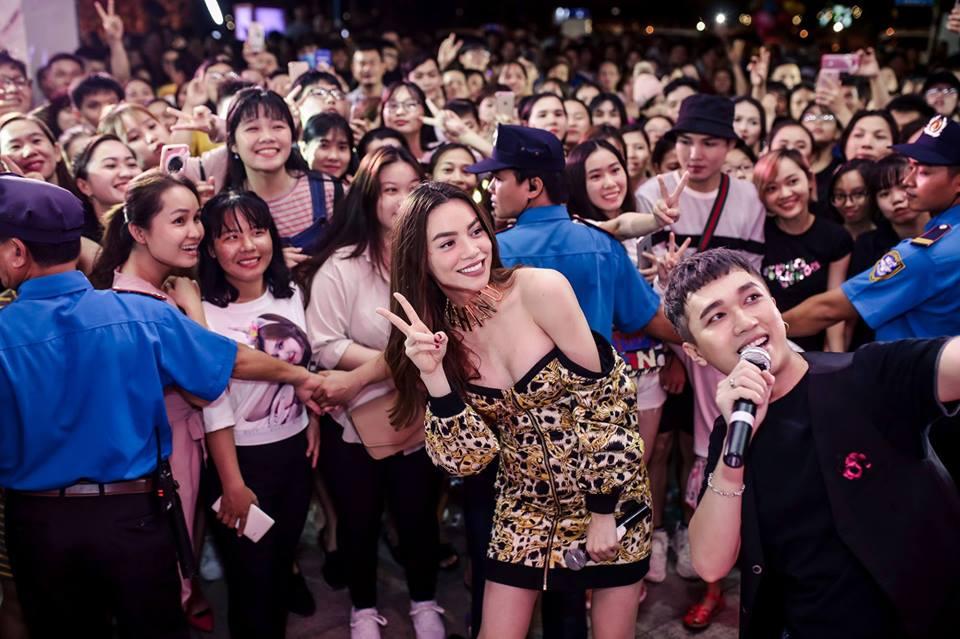 Mải mê chụp hình, Hà Hồ khiến fan 'choáng' vì diện váy hở bạo, ngực muốn bung khỏi váy - Ảnh 4