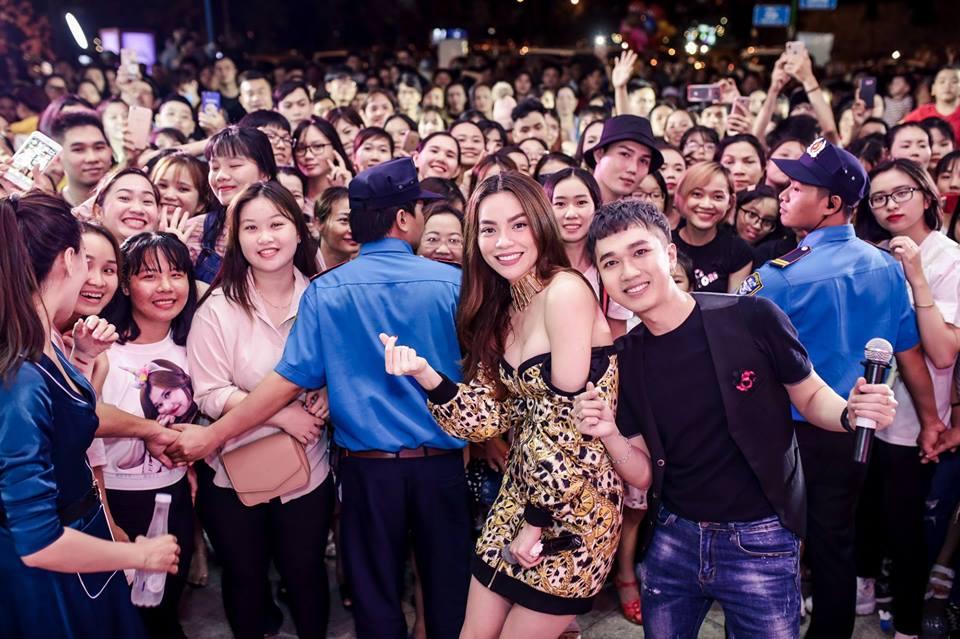 Mải mê chụp hình, Hà Hồ khiến fan 'choáng' vì diện váy hở bạo, ngực muốn bung khỏi váy - Ảnh 5