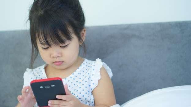 Dỗ cháu bằng cách cho xem hoạt hình trên điện thoại, ông bà vô tình khiến cháu 3 tuổi bị cận thị nặng - Ảnh 1