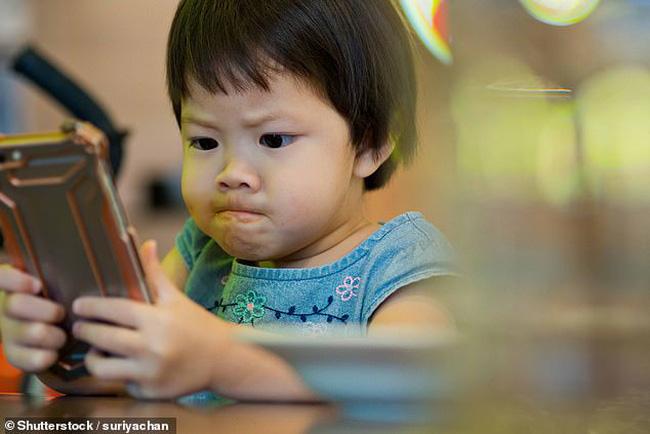 Dỗ cháu bằng cách cho xem hoạt hình trên điện thoại, ông bà vô tình khiến cháu 3 tuổi bị cận thị nặng - Ảnh 2
