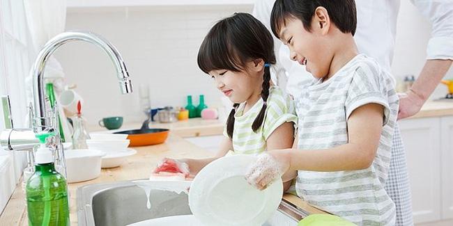 Không cho con làm việc nhà, cha mẹ đã tước đi cơ hội xây dựng nền móng để con trở thành người sống có trách nhiệm trong tương lai - Ảnh 1