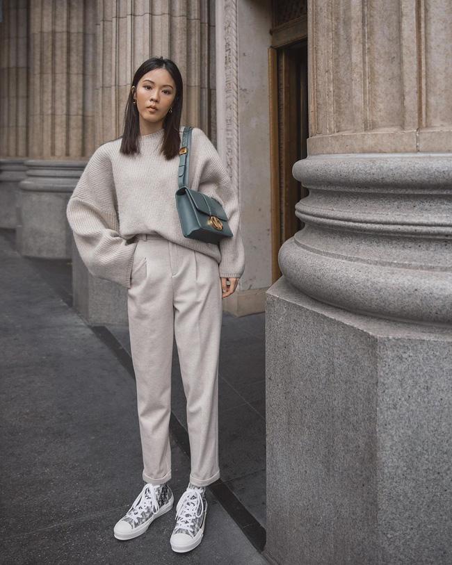Nhìn street style Châu Á chỉ muốn trời lạnh thêm 1 tí nữa để thoải mái diện áo len 'to sụ' - Ảnh 2