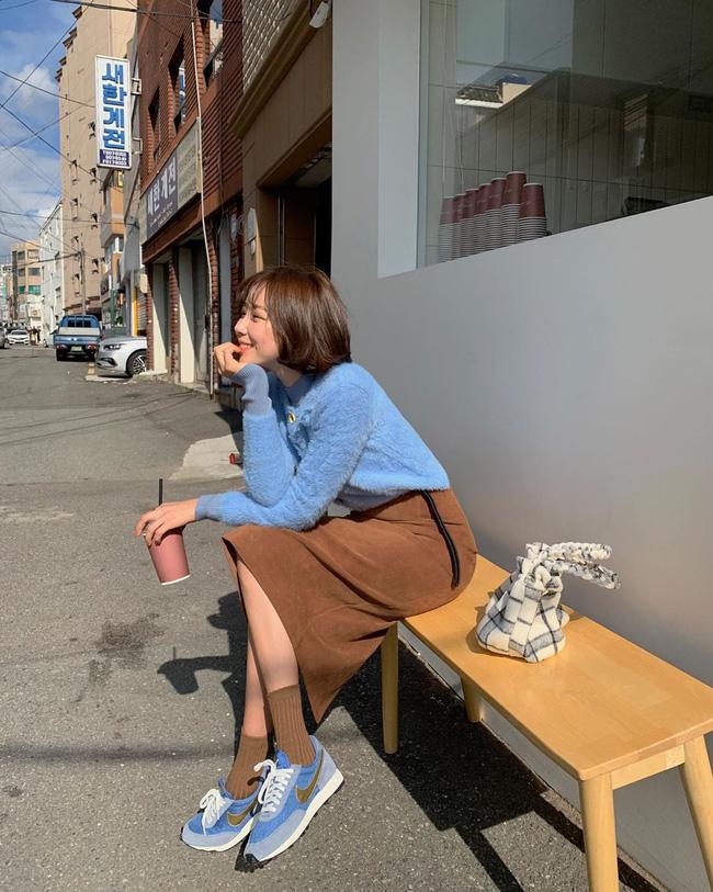 Nhìn street style Châu Á chỉ muốn trời lạnh thêm 1 tí nữa để thoải mái diện áo len 'to sụ' - Ảnh 13