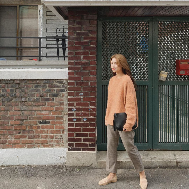 Nhìn street style Châu Á chỉ muốn trời lạnh thêm 1 tí nữa để thoải mái diện áo len 'to sụ' - Ảnh 4