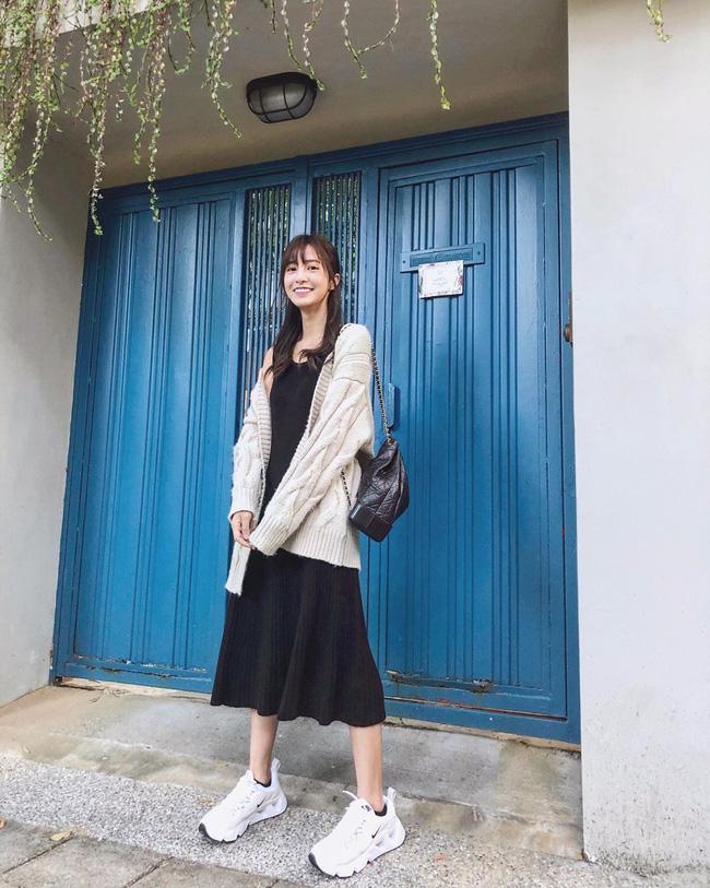 Nhìn street style Châu Á chỉ muốn trời lạnh thêm 1 tí nữa để thoải mái diện áo len 'to sụ' - Ảnh 10