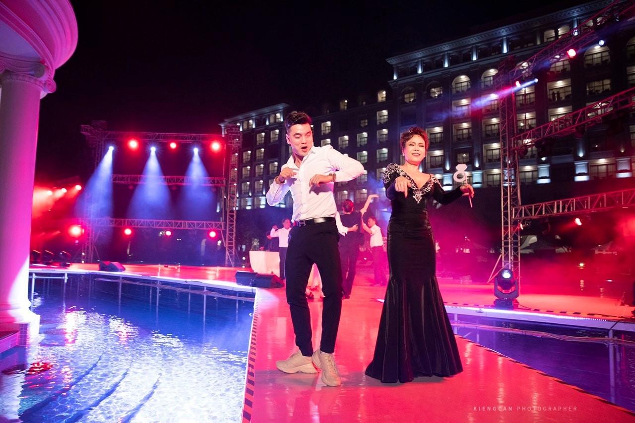 Sau 2 năm mới đi dự đám cưới, Việt Hương phản ứng bất ngờ khi bị chê 'mặc lố' - Ảnh 2