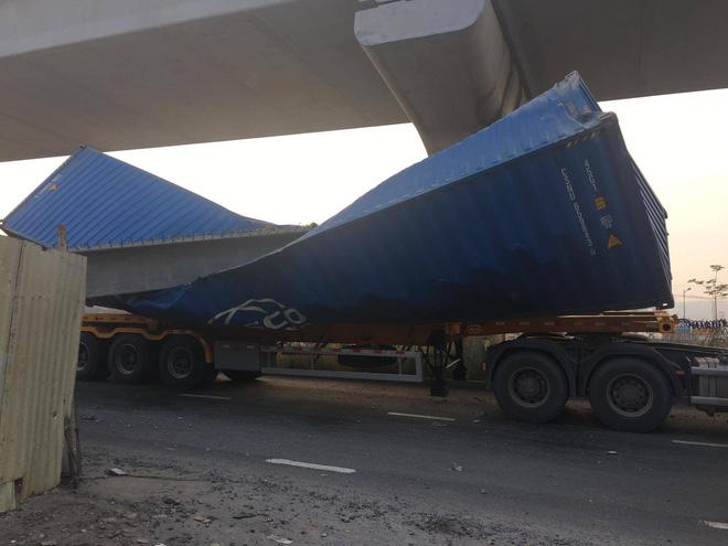 Xe container kéo sập dầm bê tông của công trình hầm chui xa lộ Hà Nội, giao thông ùn ứ kéo dài - Ảnh 1