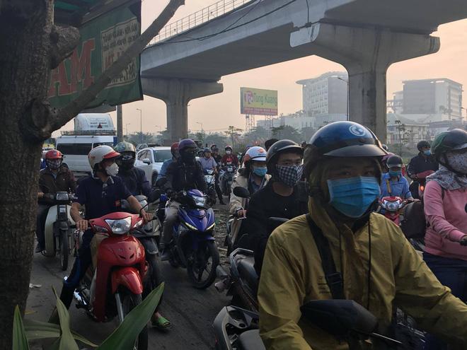 Xe container kéo sập dầm bê tông của công trình hầm chui xa lộ Hà Nội, giao thông ùn ứ kéo dài - Ảnh 2